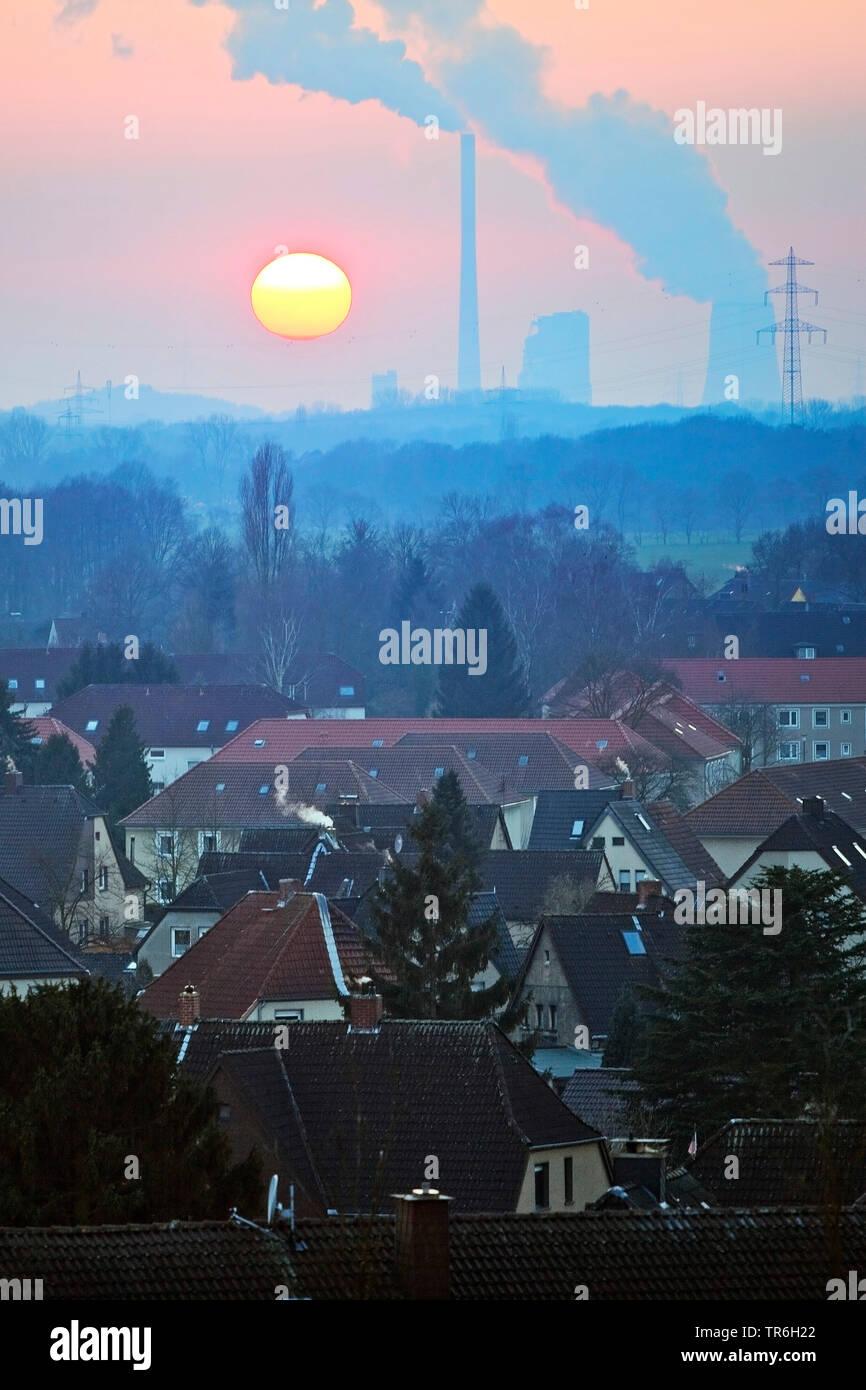 Wohnsiedlung mit dem Kraftwerk Bergkamen bei Sonnenuntergang, Deutschland, Nordrhein-Westfalen, Ruhrgebiet, Hamm   residential area and Bergkamen powe - Stock Image