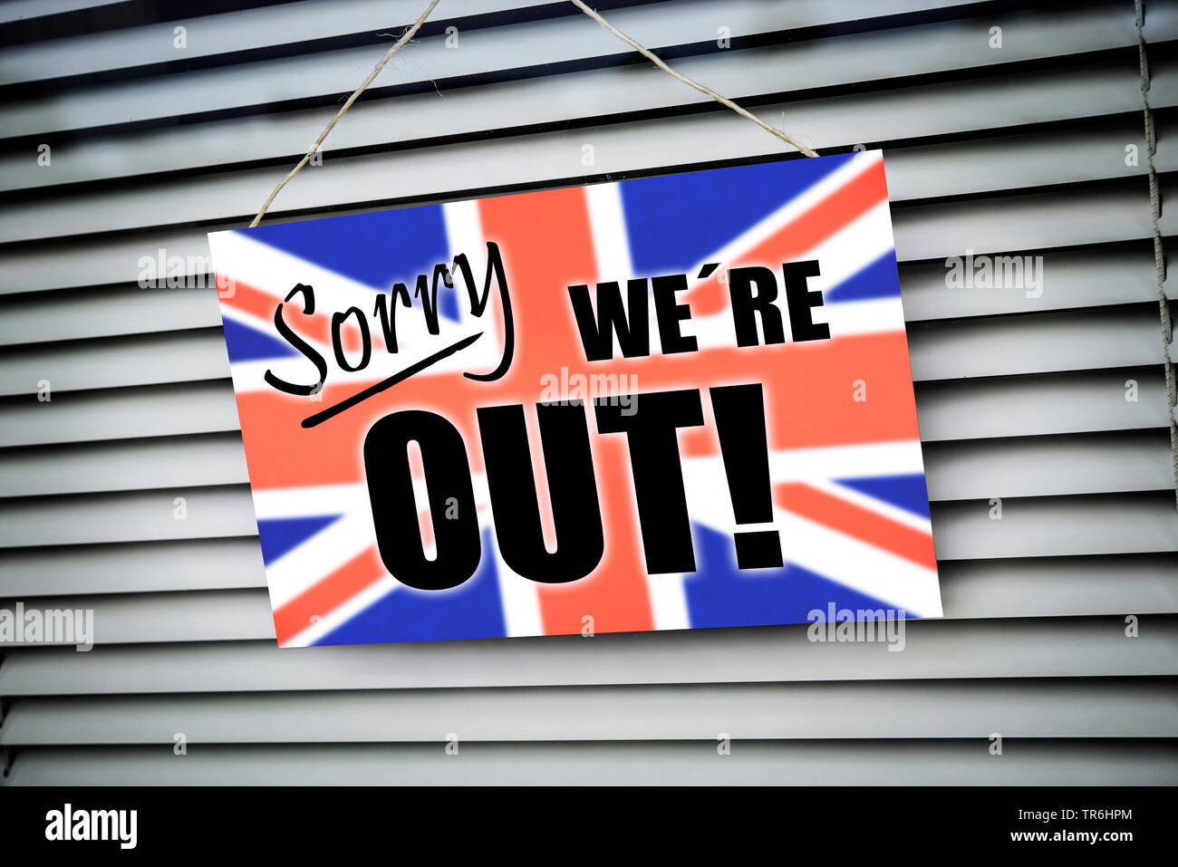 Schild 'sorry we're out' mit Fahne von Grosbritannien, Symbolfoto Brexit, Grossbritannien | sign 'sorry we're out' with flag of Great Britain, symbol - Stock Image