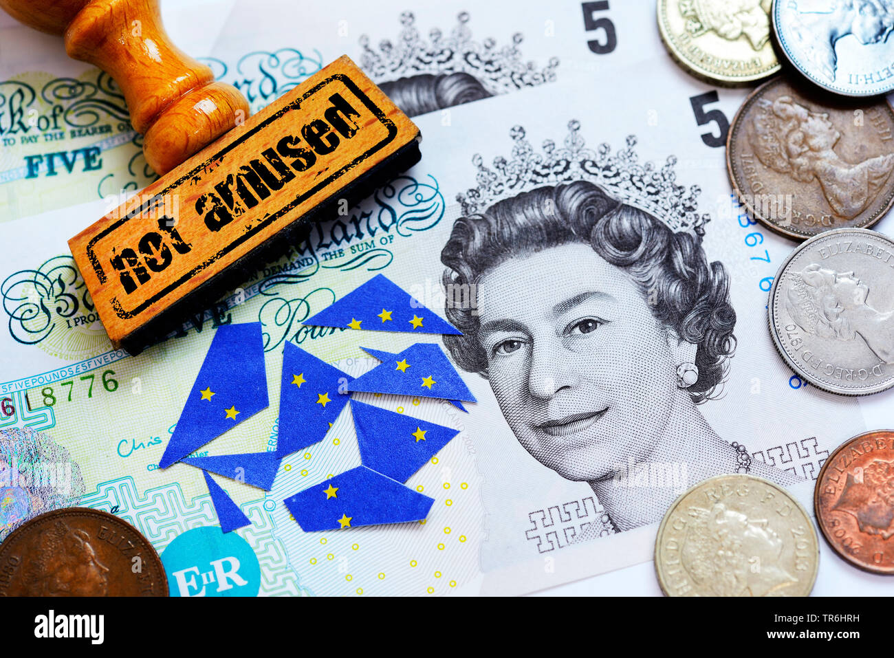 britische Pfundnoten mit britischer Koenigin und Stempel mit der Aufschrift 'not amused', Symbolfoto Brexit, Deutschland | pound bill with british que - Stock Image
