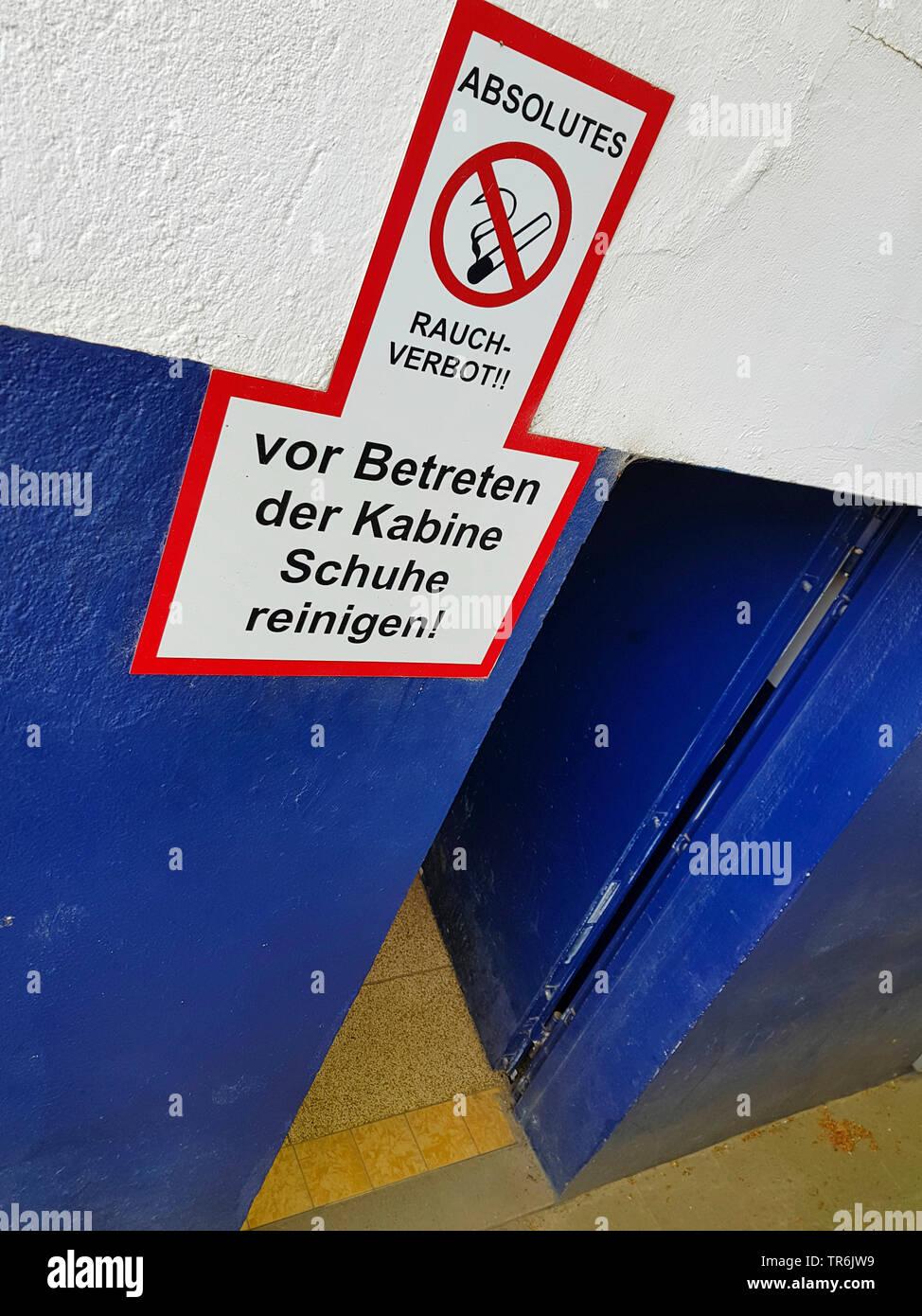 Tuer zu einer Umkleide mit dem Schildern Rauchverbot und Schuhe reinigen, Deutschland | signs at the door to a changing room, no smoking, clean your s - Stock Image