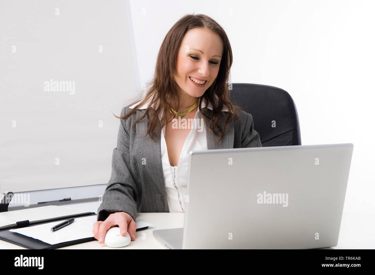 Geschaeftsfrau bei der Arbeit im Buero   business woman at office   BLWS486060.jpg [ (c) blickwinkel/McPHOTO/M. Begsteiger Tel. +49 (0)2302-2793220, E - Stock Image