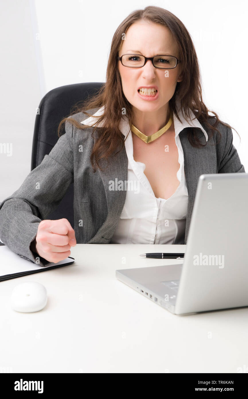 Geschaeftsfrau im Buero aergert sich   ranting business woman at office   BLWS486071.jpg [ (c) blickwinkel/McPHOTO/M. Begsteiger Tel. +49 (0)2302-2793 - Stock Image