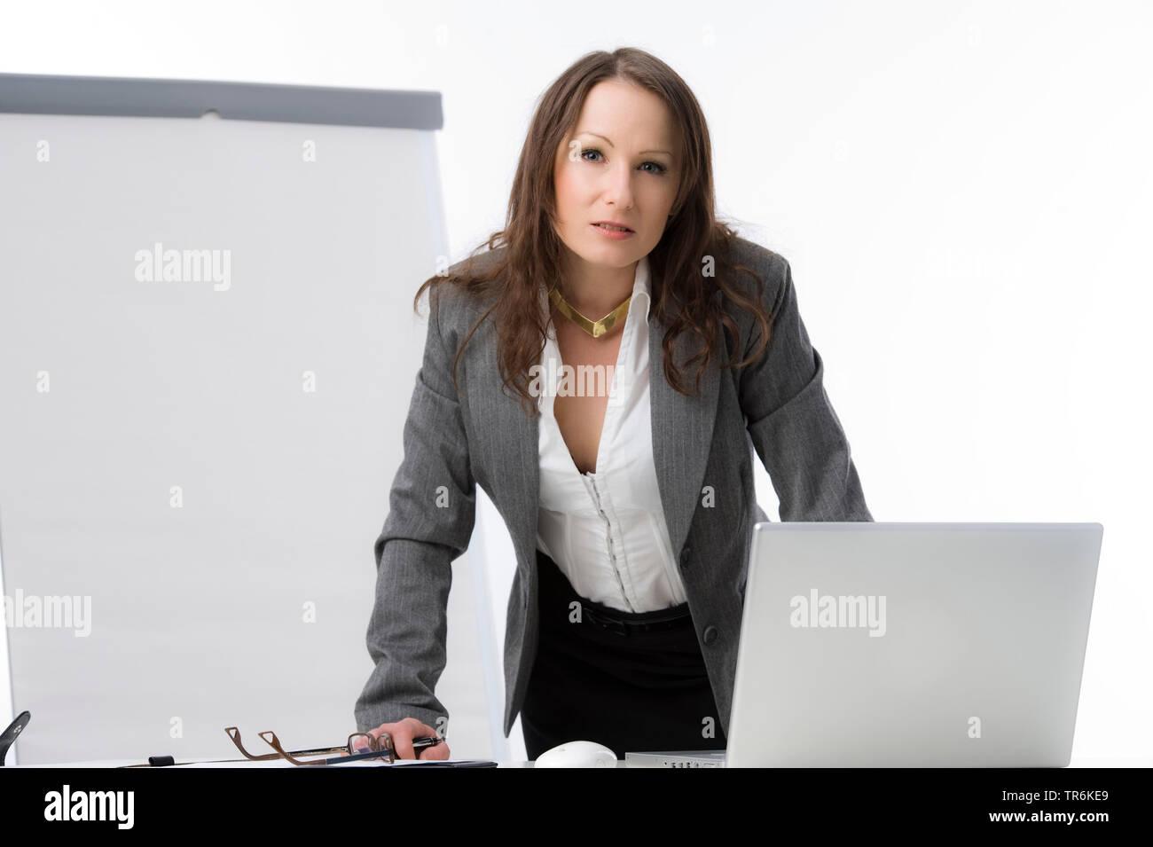 Businessfrau mit Flip-Chart | business woman with flip chart | BLWS486182.jpg [ (c) blickwinkel/McPHOTO/M. Begsteiger Tel. +49 (0)2302-2793220, E-mail - Stock Image