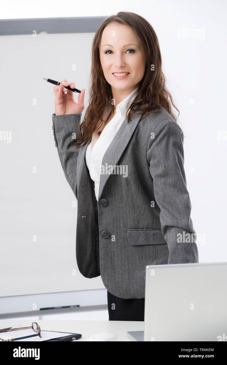 Businessfrau mit Flip-Chart | business woman with flip chart | BLWS486185.jpg [ (c) blickwinkel/McPHOTO/M. Begsteiger Tel. +49 (0)2302-2793220, E-mail - Stock Image