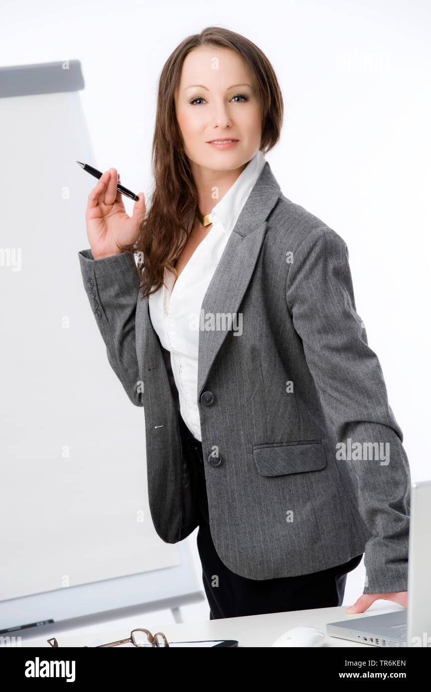 Businessfrau mit Flip-Chart | business woman with flip chart | BLWS486186.jpg [ (c) blickwinkel/McPHOTO/M. Begsteiger Tel. +49 (0)2302-2793220, E-mail - Stock Image
