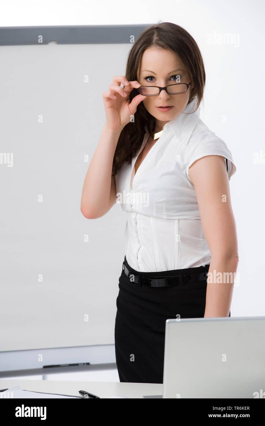 Businessfrau mit Flip-Chart | business woman with flip chart | BLWS486190.jpg [ (c) blickwinkel/McPHOTO/M. Begsteiger Tel. +49 (0)2302-2793220, E-mail - Stock Image