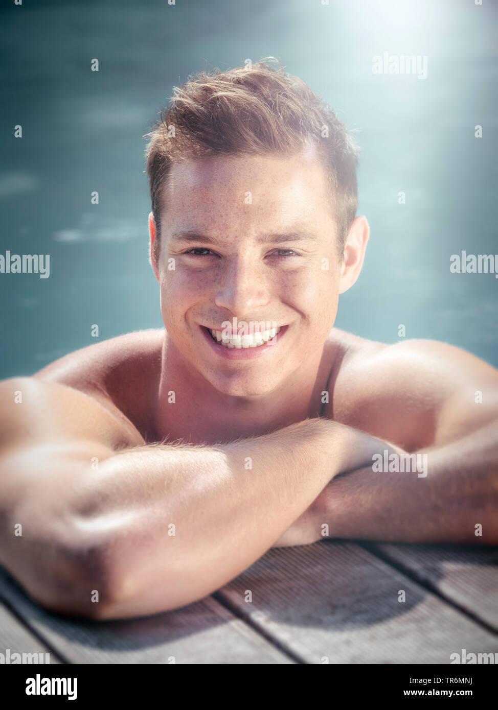 junger Mann am Rand eines Schwimmbeckens, Deutschland | young man in a swimming pool, Germany | BLWS487225.jpg [ (c) blickwinkel/McPHOTO/M. Gann Tel. - Stock Image
