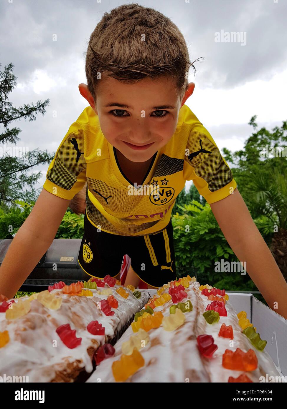 kleiner Junge in BVB-Dortmund-Fantrikot vor seinem Geburtstagskuchen | littler boy in BVB tricot with his birthday cake | BLWS487499.jpg [ (c) blickwi - Stock Image