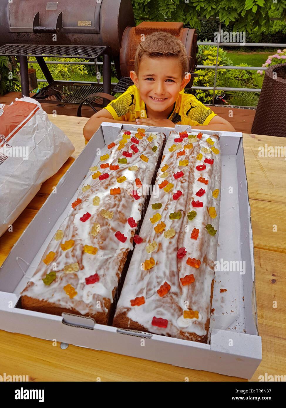 kleiner Junge in BVB-Dortmund-Fantrikot vor seinem Geburtstagskuchen | littler boy in BVB tricot with his birthday cake | BLWS487498.jpg [ (c) blickwi - Stock Image