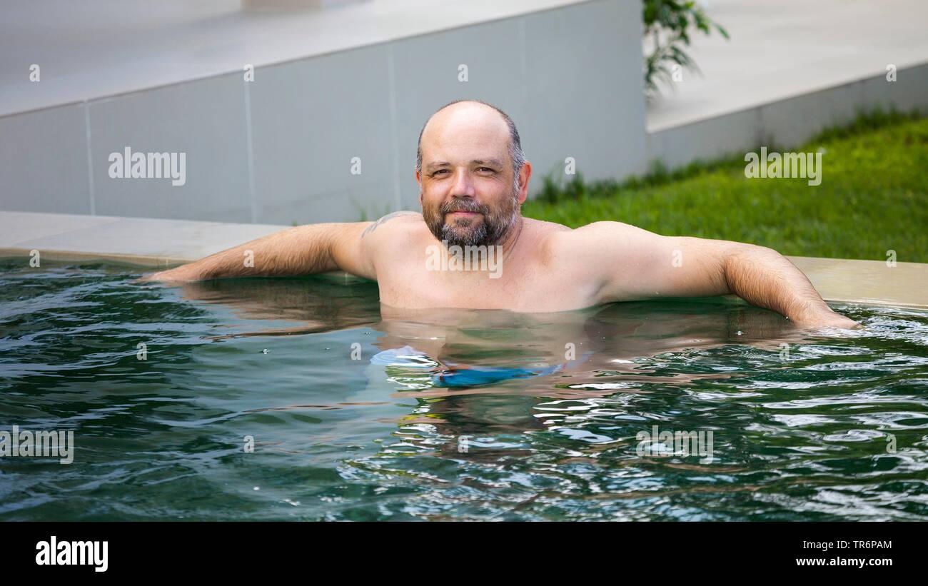 Mann mittleren Alters entspannt im Pool, Deutschland | man relaxing in the pool, Germany | BLWS488619.jpg [ (c) blickwinkel/McPHOTO/M. Gann Tel. +49 ( - Stock Image