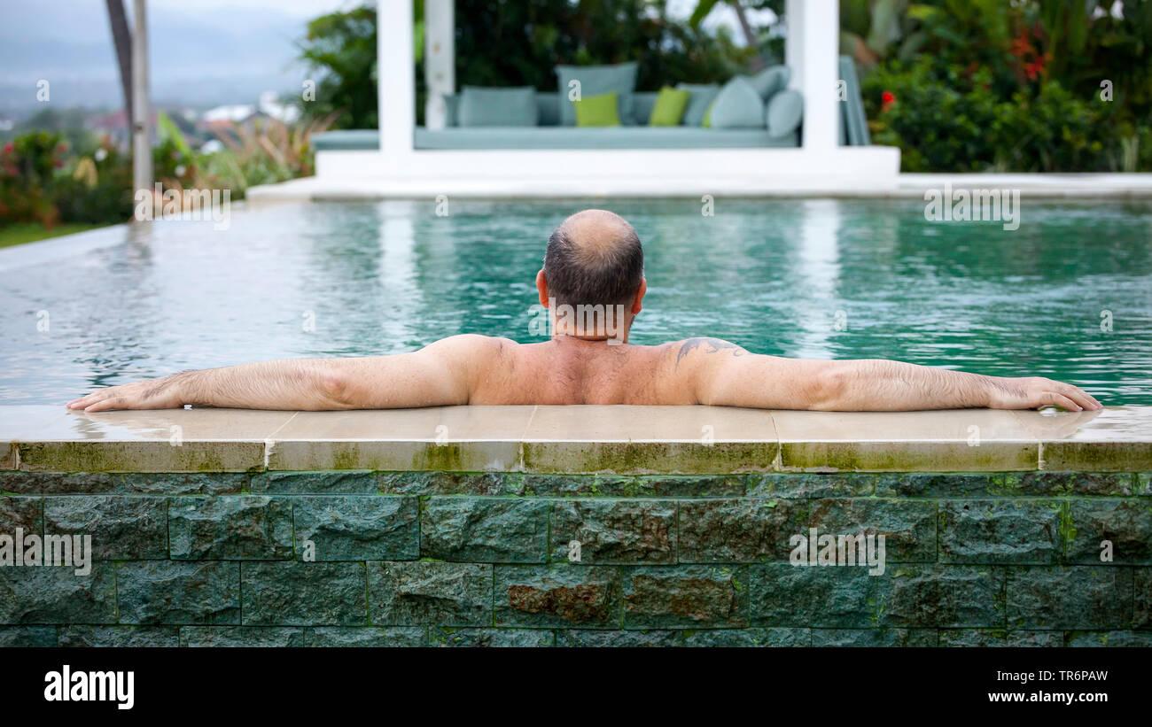 Mann mittleren Alters entspannt im Pool, Deutschland | man relaxing in the pool, Germany | BLWS488620.jpg [ (c) blickwinkel/McPHOTO/M. Gann Tel. +49 ( - Stock Image