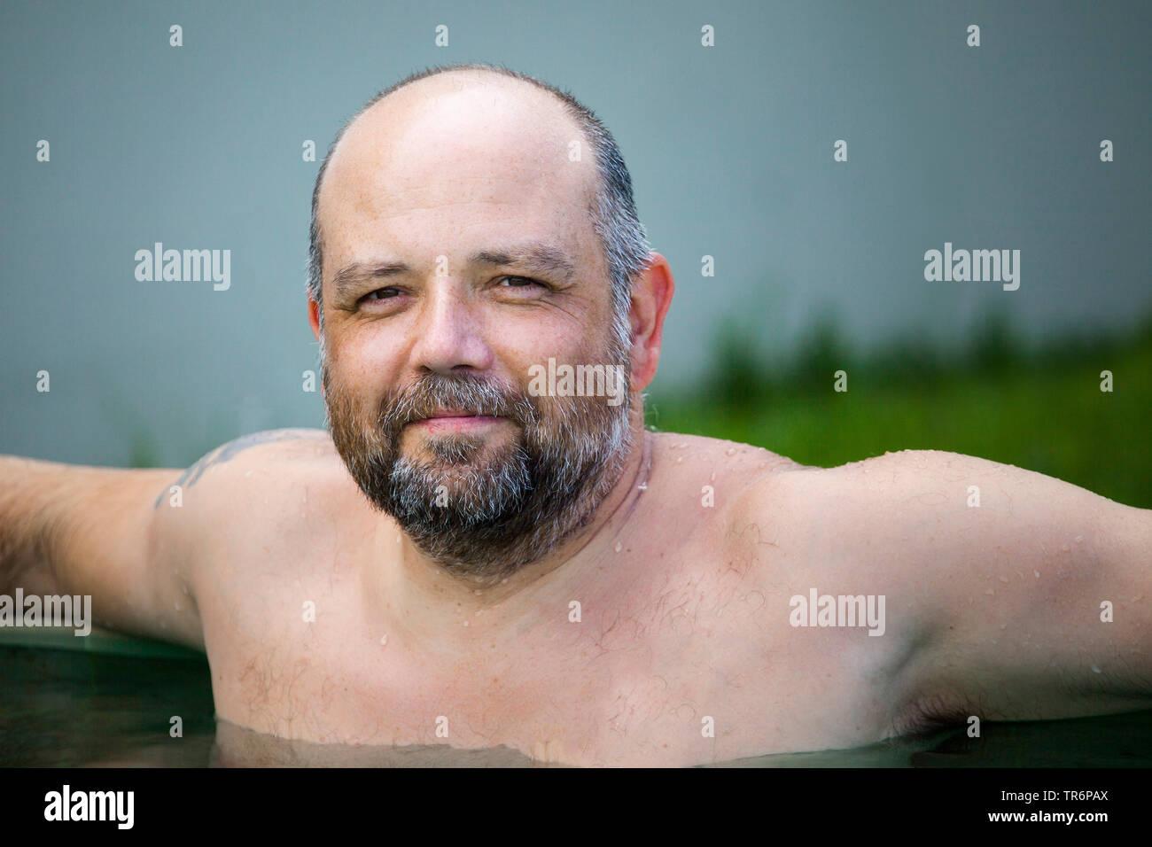 Mann mittleren Alters entspannt im Pool, Deutschland | man relaxing in the pool, Germany | BLWS488618.jpg [ (c) blickwinkel/McPHOTO/M. Gann Tel. +49 ( - Stock Image