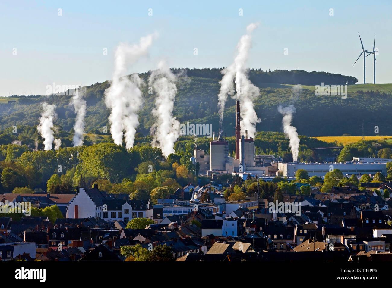 senkrecht aufsteigende Dampfwolken ueber einem Industriegebiet am Stadtrand, Deutschland, Rheinland-Pfalz, Eifel, Mayen   steam clouds over an industr - Stock Image
