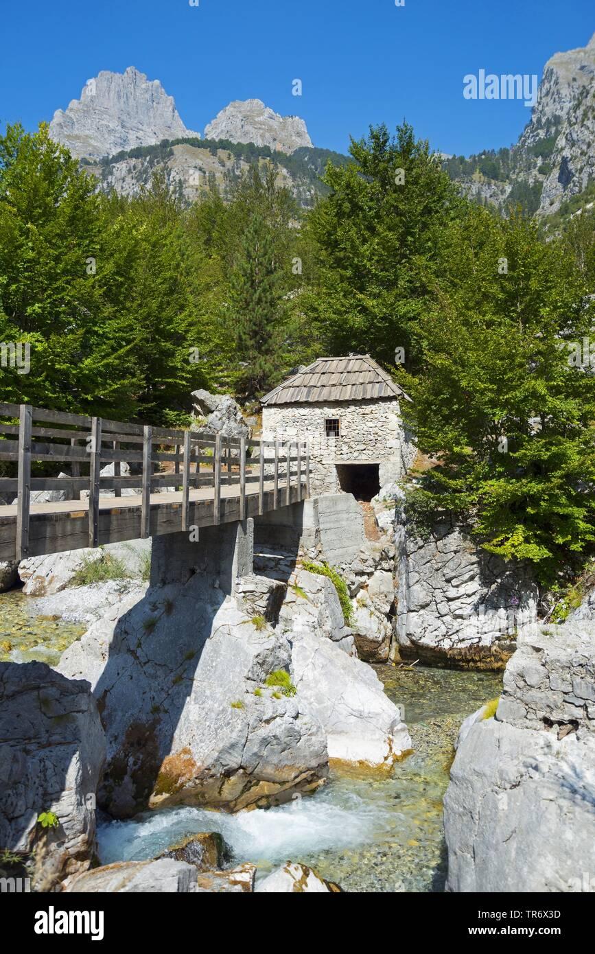 Bruecke und alte Wassermuehle am Fluss Valbona, Albanien, Albanische Alpen, Valbona | bridge and old watermill at river Valbona, Albania, Albanische A - Stock Image