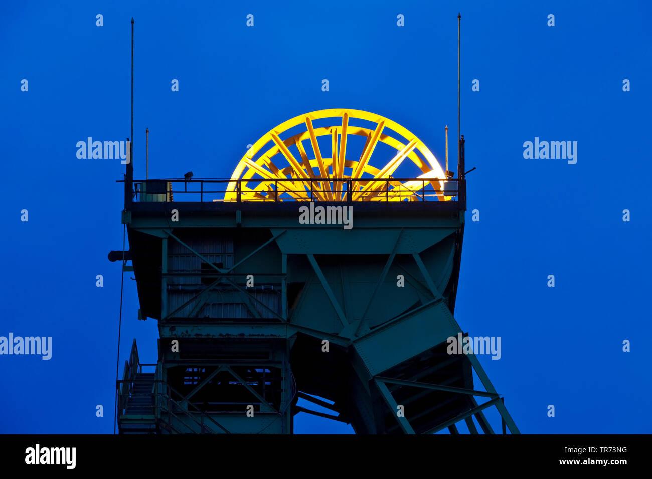 Illuminierte Seilscheibe der Zeche Westfalen, stillgelegtes Steinkohlen Bergwerk am Abend, Deutschland, Nordrhein-Westfalen, Muensterland, Ahlen   ill - Stock Image