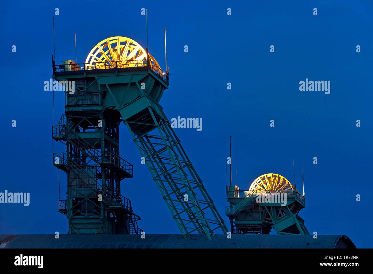 Illuminierte Seilscheibe der  Zeche Westfalen, stillgelegtes Steinkohlen Bergwerk am Abend, Deutschland, Nordrhein-Westfalen, Muensterland, Ahlen   il - Stock Image
