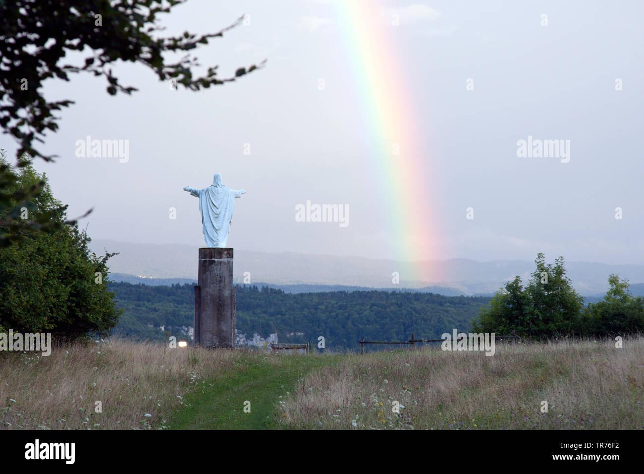 Christusstatue mit Blick auf einen Regenbogen, Frankreich, Chatillon | statue of Christ with view on a rainbow, France, Chatillon | BLWS499276.jpg [ ( - Stock Image