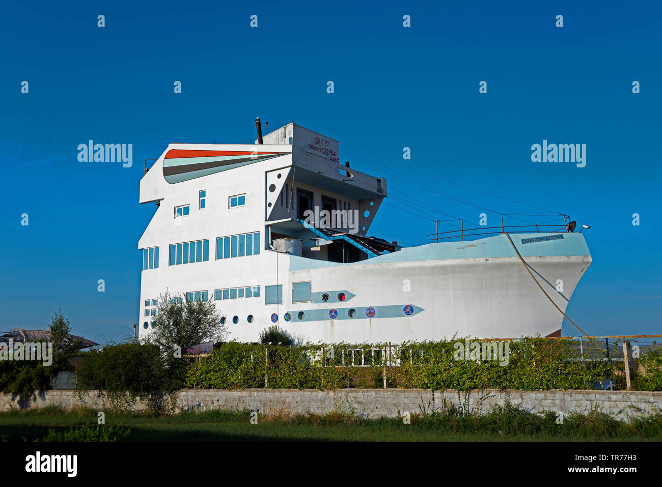 boat-shaped hotel, Albania, Fier, Strum - Stock Image