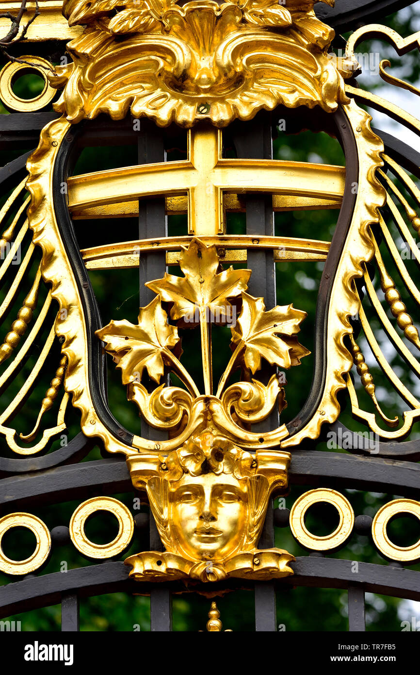 London, England, UK. Detail of Canade Gate (1911: Sir Aston Webb) entrance to Green Park from Buckingham Palace - gilded decoration. State Emblem of O - Stock Image
