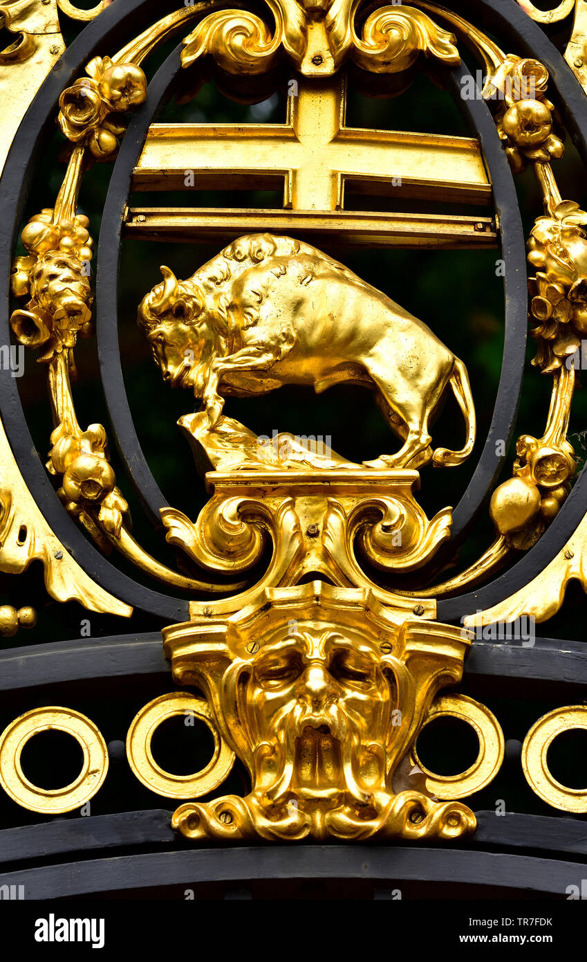 London, England, UK. Detail of Canade Gate (1911: Sir Aston Webb) entrance to Green Park from Buckingham Palace - gilded decoration. State emblem of M - Stock Image
