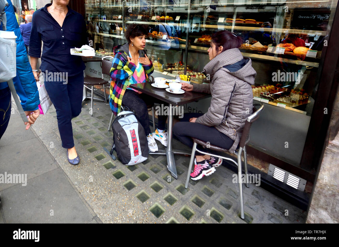 London, England, UK. People sitting at a table outside a cafe in Piccadilly - Stock Image