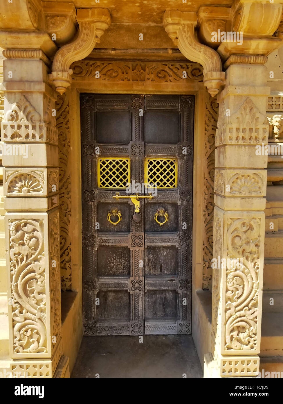 Decorative wooden door of the Manasthamba (or column of honor) at Hutheesing Jain Temple located in Ahmedabad, Gujarat state, India - Stock Image