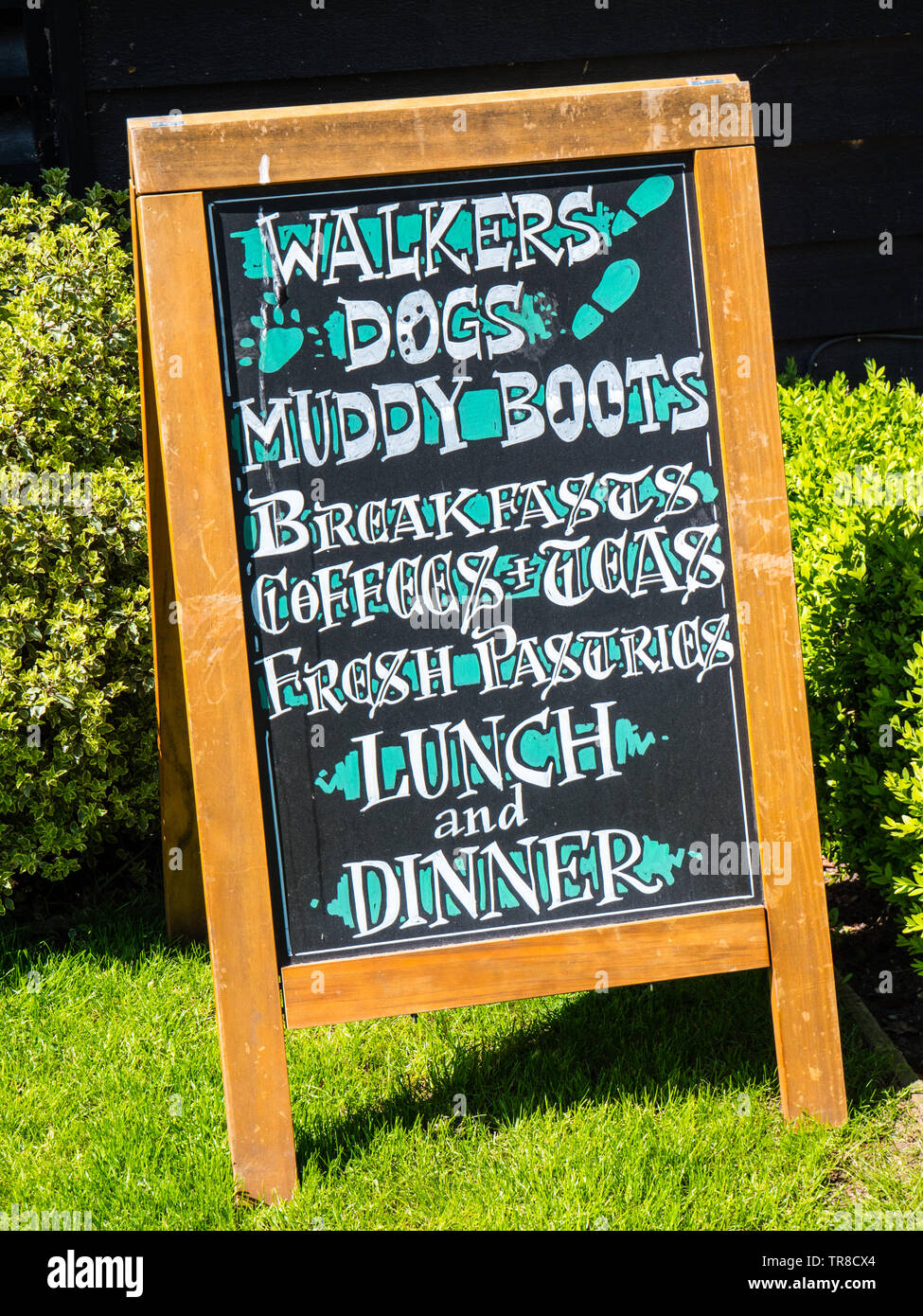 Pub Sign Saying Dog Walkers and Muddy Boots Welcome, The Stage and Hunter Pub, Hambleden, Buckinghamshire, England, UK, GB. - Stock Image