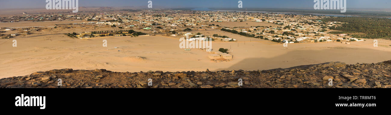 Panorama of the holy mountain Jebel Barkal on the city Karima and the Nile - Stock Image