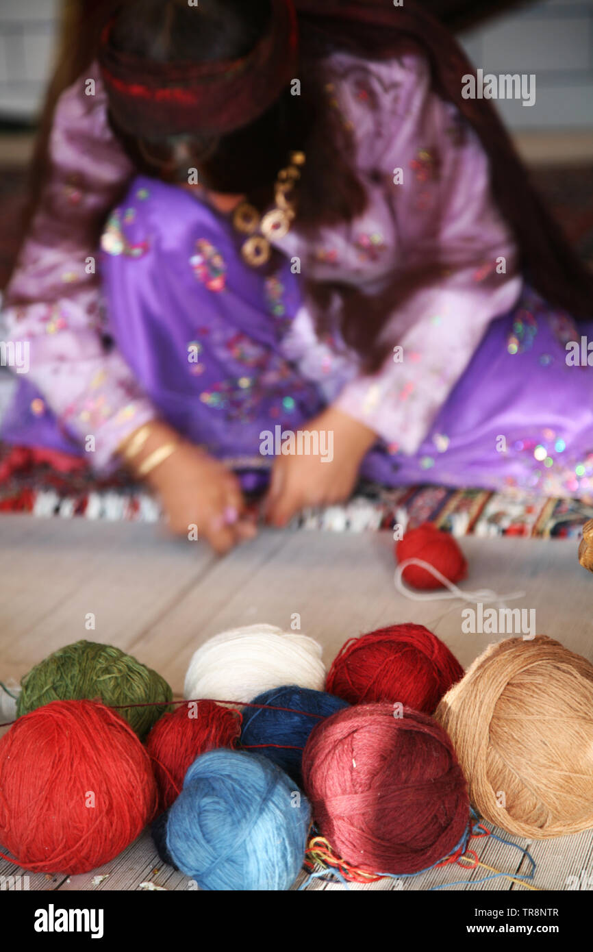 Woman weaving carpet - Stock Image