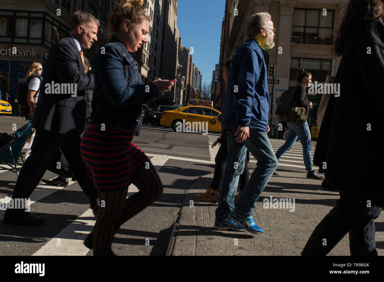 SMS-Nachrichten beim Überqueren der Straße könnten in NYC bald illegal werden. // Texting while crossing the street might soon become illegal in NYC / Stock Photo