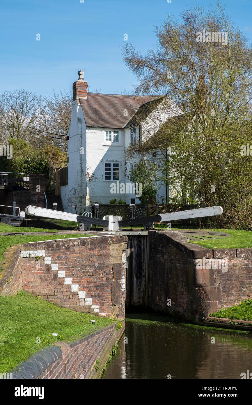 Canal lock and Lock Keeper's House on the Stourbridge canal near Stourbridge, West Midlands, England, Europe. - Stock Image