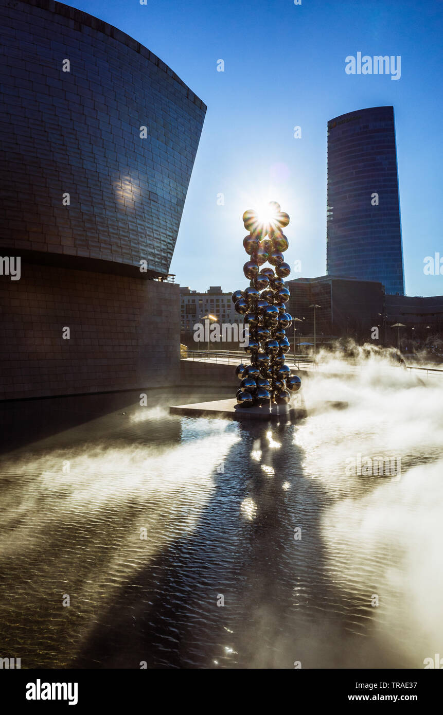 Bilbao, Biscay, Basque Country, Spain : Fog Sculpture (F.O.G.) 1998 by artist Fujiko Nakaya and Tall Tree & The Eye (2009) by artist Anish Kapoor outs - Stock Image
