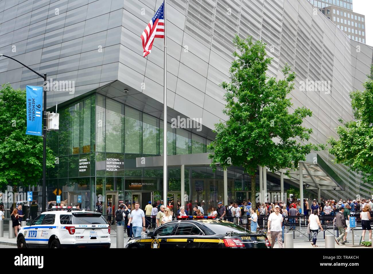 People in line outside the National September 11 Memorial and Museum, Manhattan, New York, NY, USA - Stock Image