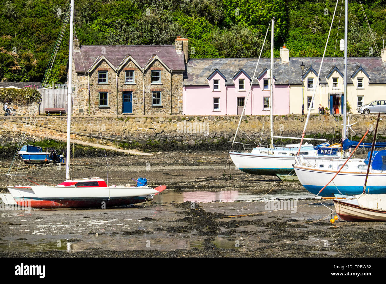 Cottages and boats. Fishguard harbour at low tide, Pembrokeshire Coast National Park, West Wales - Stock Image