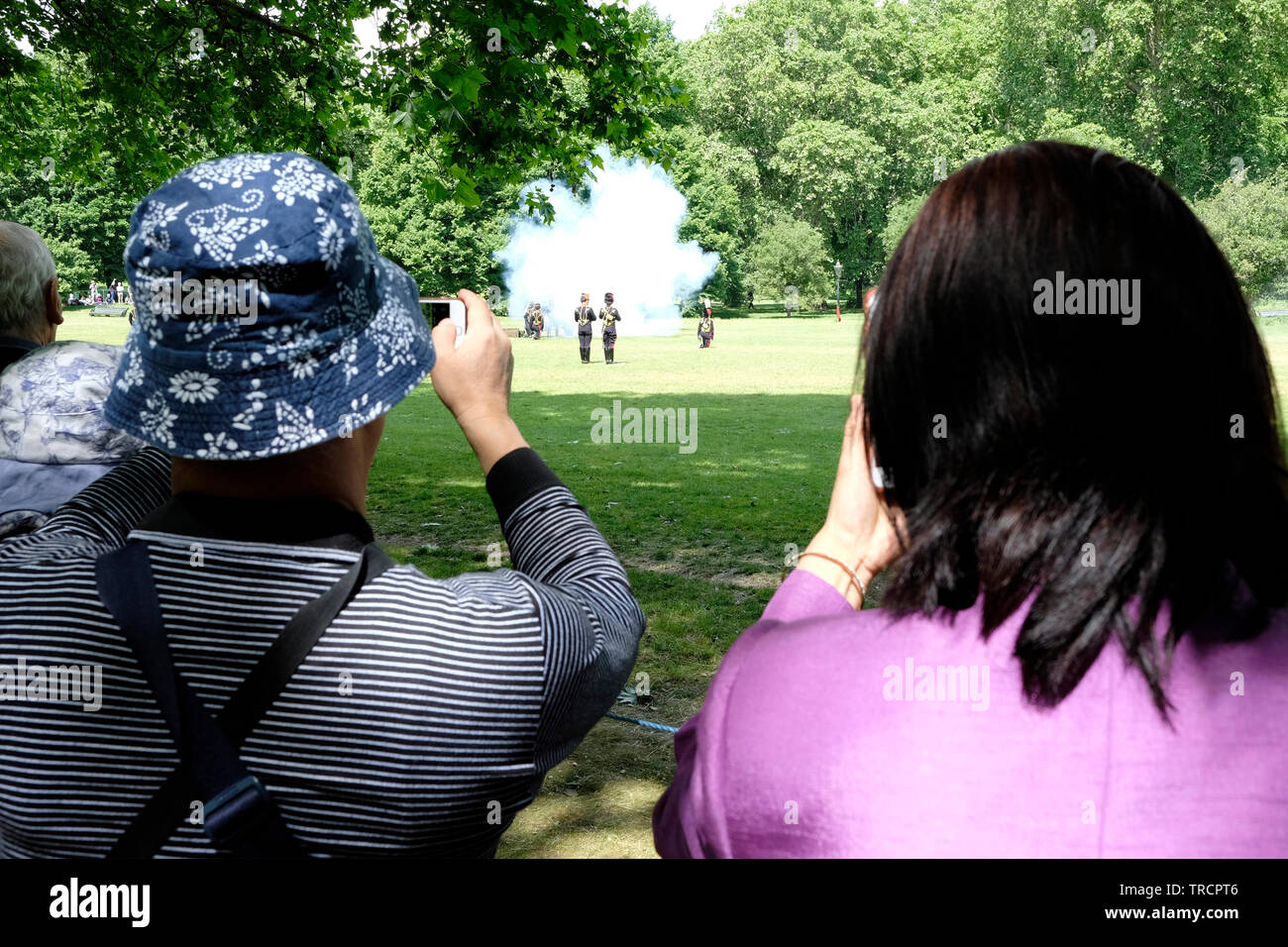 03/06/2019. London, Tourists take photos as Donald Trump is Greeted by gun salutes in Green Park. Credit: Yanice Idir - Stock Image