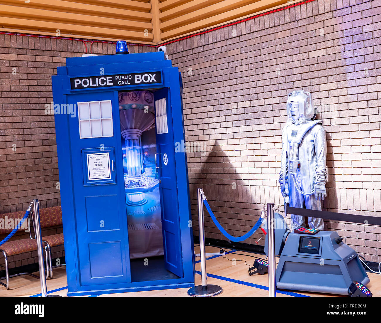 Great Yarmouth Comicon 2019 – The Tardis and an alien suit film props from the hit TV show Dr Who on exhibit at the Comicon event - Stock Image