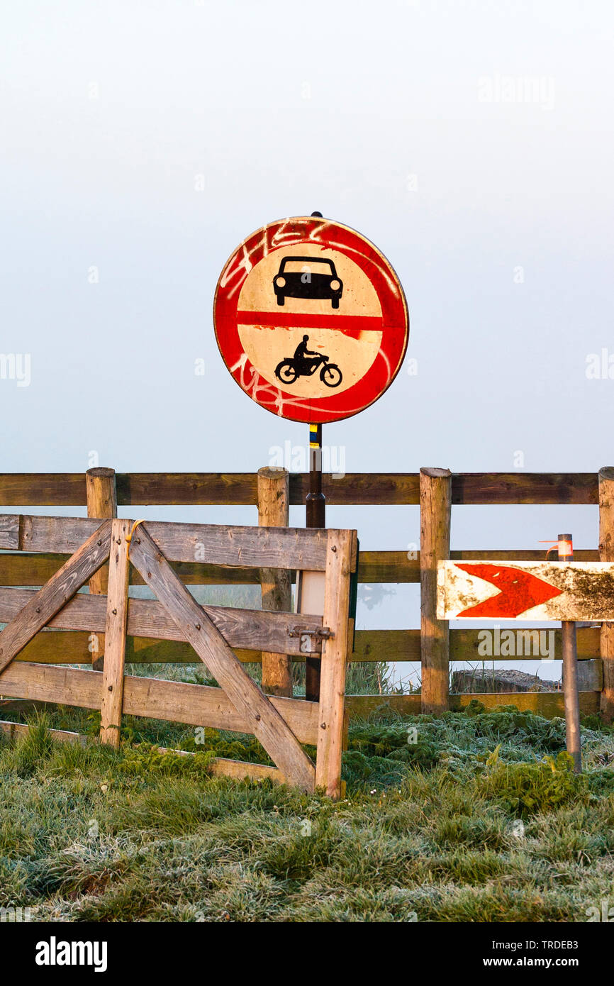 Prohibitory sign for cars and motor vehicles standing next to a fence in a meadow, Netherlands, Northern Netherlands, Ouderkerk - Stock Image