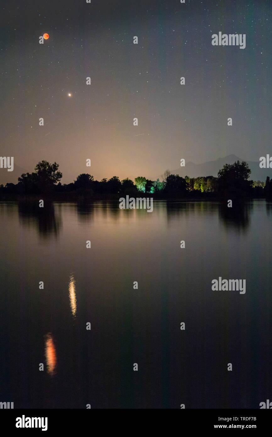totale Mondfinsternis am 27.7.2018, Blutmond und Mars spiegeln sich im See, Deutschland, Bayern, Chiemsee | total lunar eclipse, 27.07.2018, blood moo - Stock Image