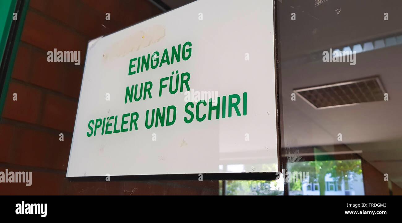 Schild an einer Sporthalle 'Eingang nur fuer Spieler und Schiri', Deutschland | prohibitions sign at a sports hall, no-smoking, Germany | BLWS503466.j - Stock Image