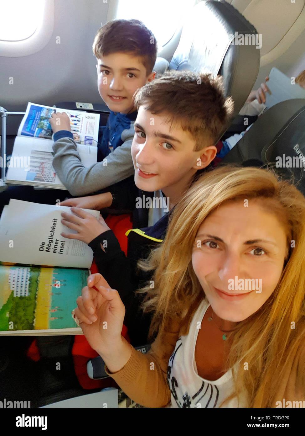 Mutter mit Kindern im Flugzeug nach Mallorca, Spanien, Balearen, Mallorca, MR=yes | mother with children in an airplane, Spain, Balearic Islands, Majo - Stock Image