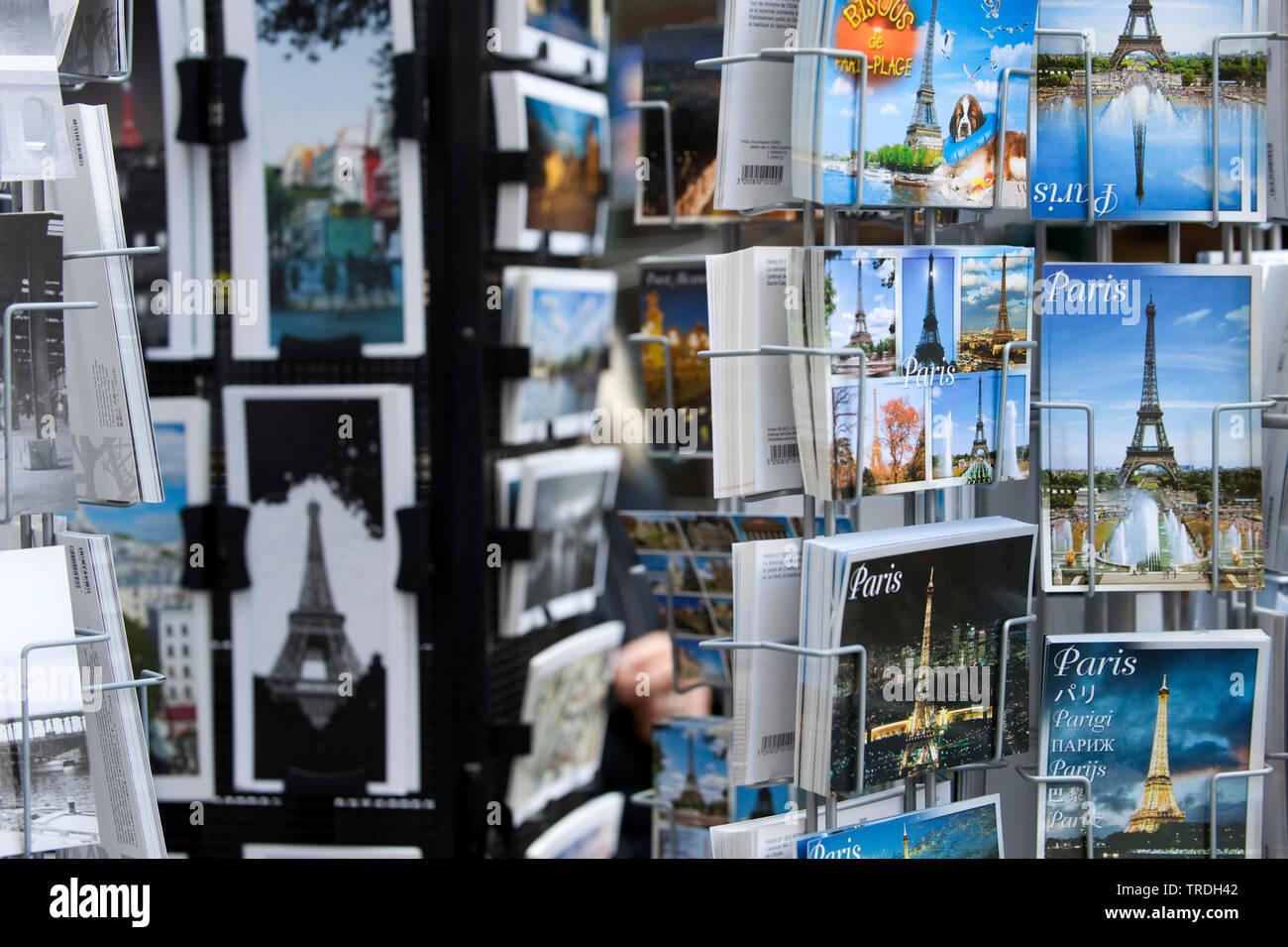 Postkartenstaender, Frankreich, Paris | postcard rack, France, Paris | BLWS503776.jpg [ (c) blickwinkel/McPHOTO/M. Begsteiger Tel. +49 (0)2302-2793220 - Stock Image