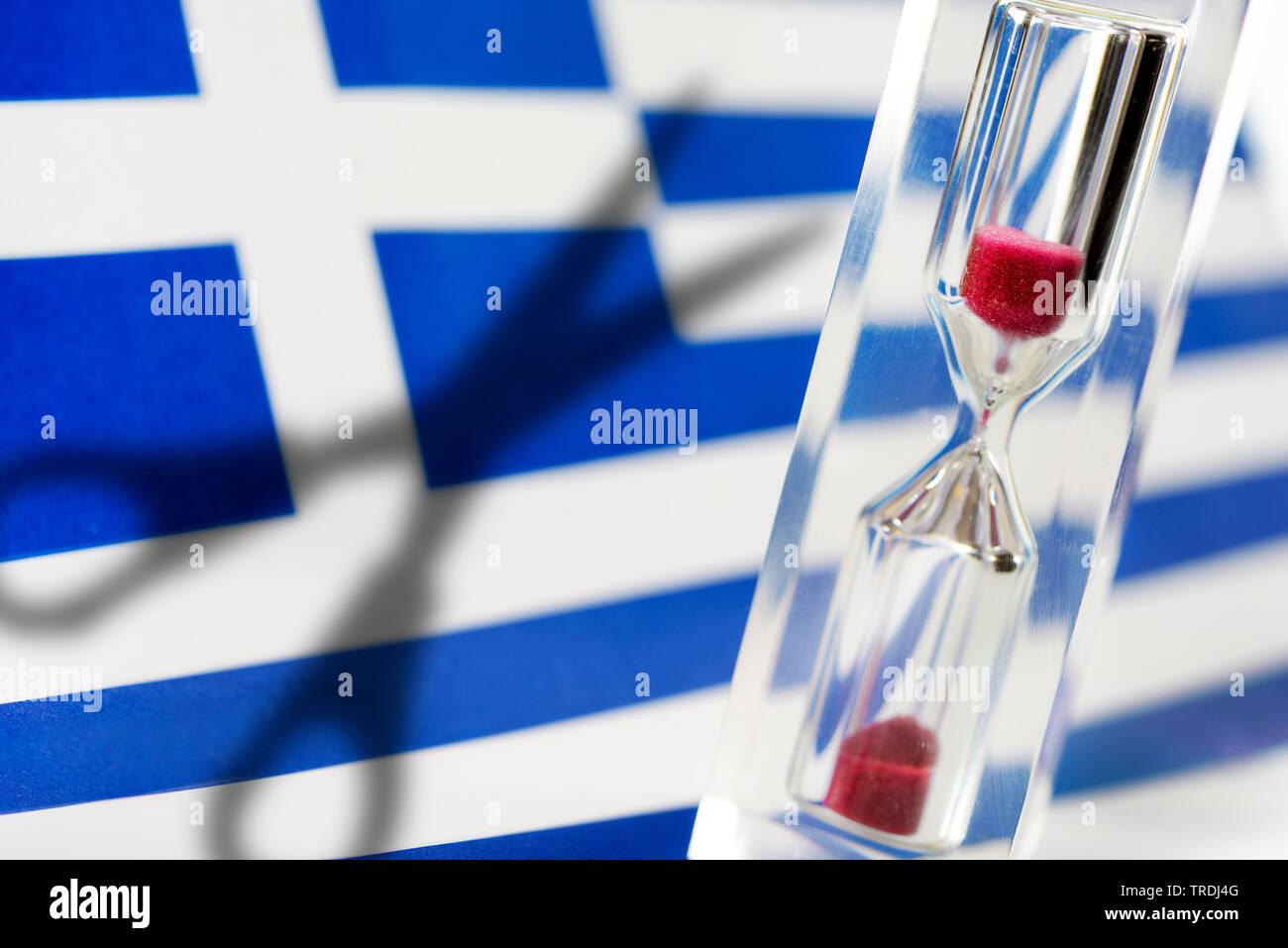 Griechische Fahne, Sanduhr und Schatten einer Schere, Symbolfoto griechische Schuldenkrise, Griechenland | Greek flag and hourglass, Greece | BLWS5045 - Stock Image