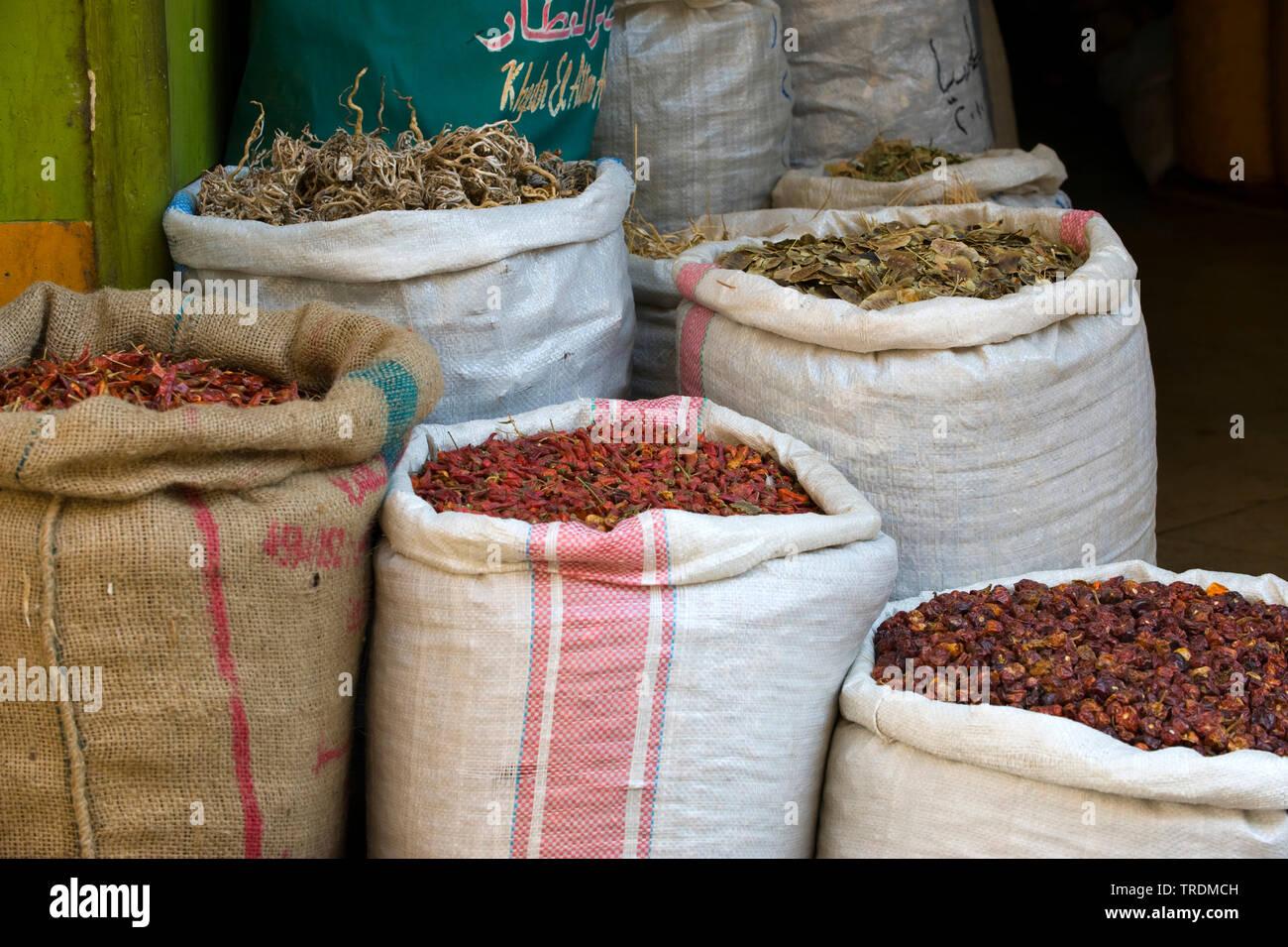 Gewuerze und Trockenfruechte im Bazar, Aegypten, Khan el Khalili | Khan el Khalili, bazar in Cairo, Egypt, Khan el Khalili | BLWS506445.jpg [ (c) blic - Stock Image