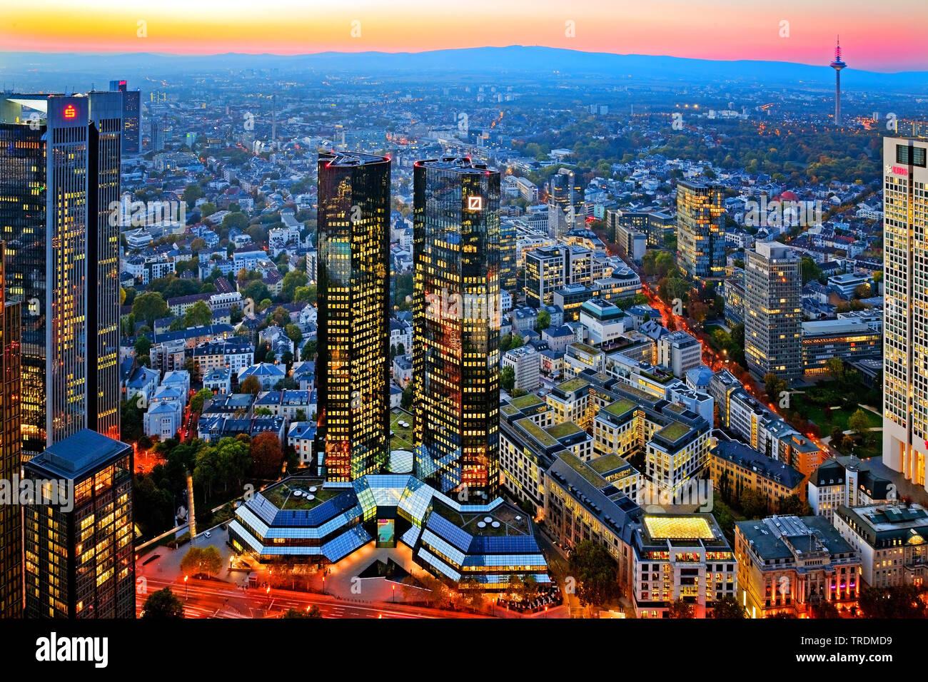 verspiegelte  Zwillingstuerme der Deutschen Bank in der Daemmerung, Konzernzentrale, Deutschland, Hessen, Frankfurt am Main | mirrored Deutsche Bank T - Stock Image
