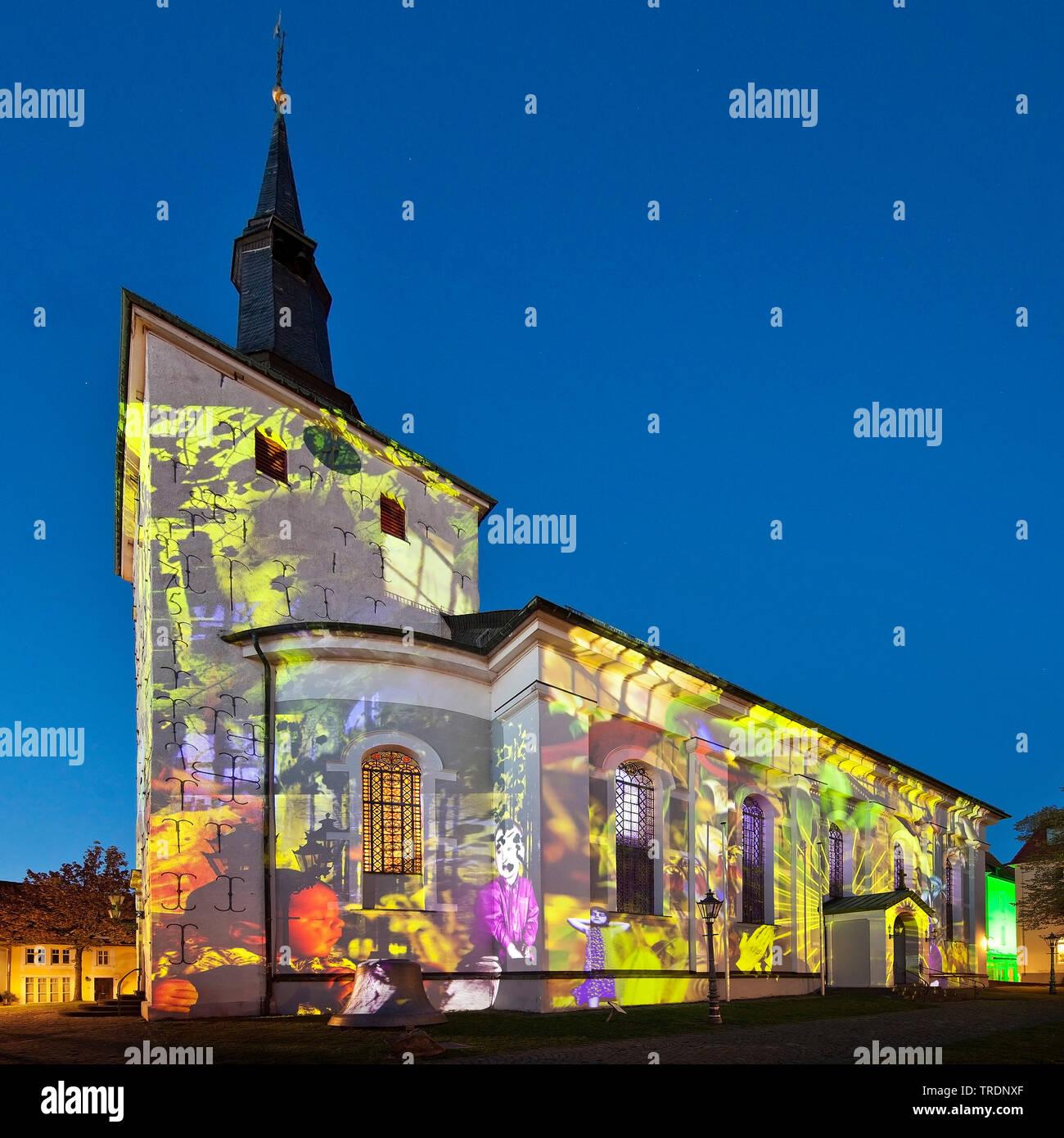 Lichtkunst auf der Erloeserkirche bei den Lichtrouten 2018 in der Daemmerung, Deutschland, Nordrhein-Westfalen, Sauerland, Luedenscheid | light art on - Stock Image