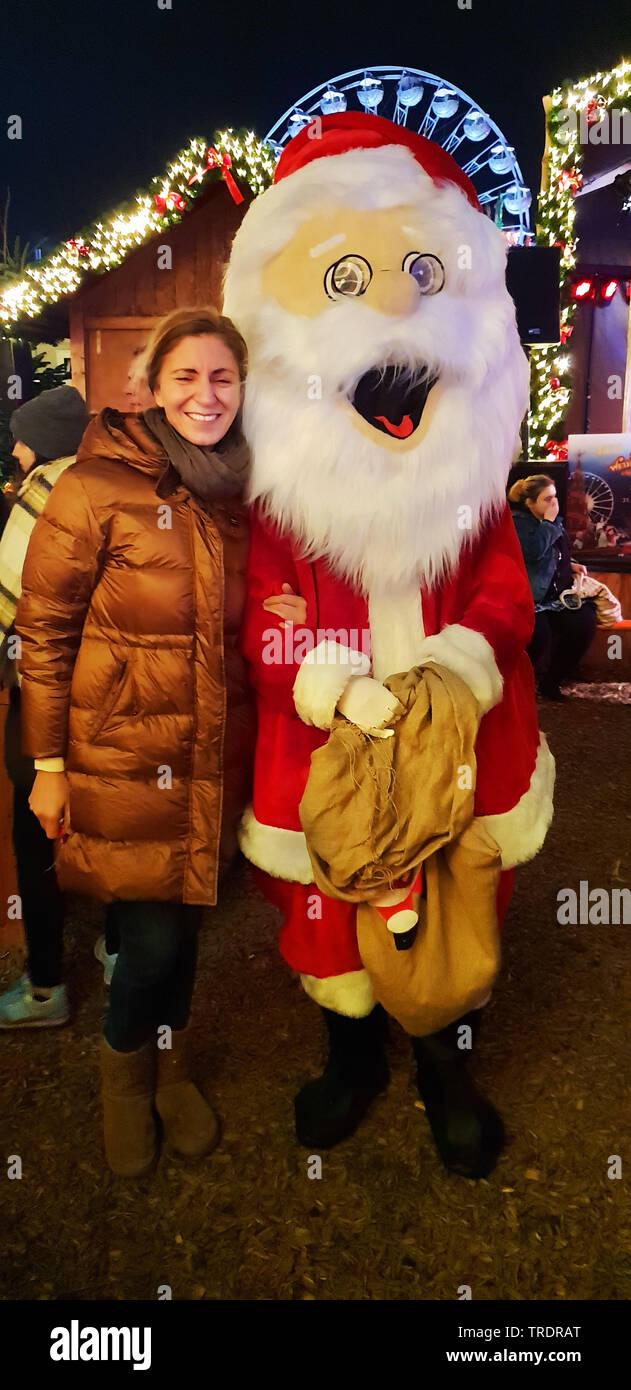 Frau laesst sich mit dem Weihnachtsmann auf der Weihnachtskirmes in Crange fotografieren, Deutschland, NRW, Ruhrgebiet, Herne | woman would like to th - Stock Image