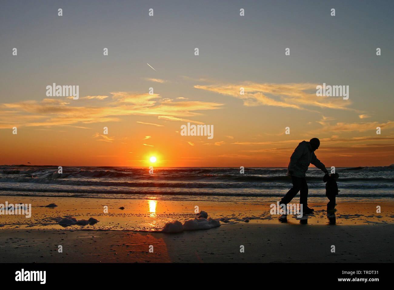 Mann mit kleinem Kind am Strand bei Sonnenuntergang, Niederlande   man with child on the beach at sunset, Netherlands   BLWS509855.jpg [ (c) blickwink - Stock Image