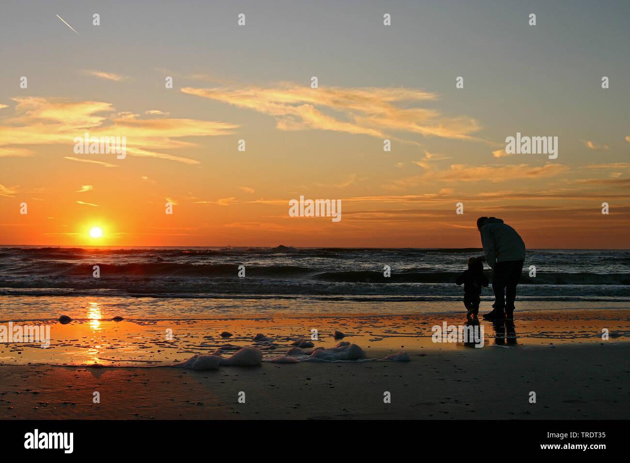 Mann mit kleinem Kind am Strand bei Sonnenuntergang, Niederlande   man with child on the beach at sunset, Netherlands   BLWS509856.jpg [ (c) blickwink - Stock Image
