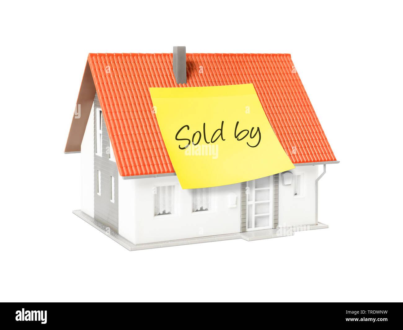 3D-Computergrafik, Alleinstehendes Einfamilienhaus mit gelbem Klebezettel mit der Aufschrift SOLD BY (Verkauft Von) | 3D computer graphic, freestandin - Stock Image