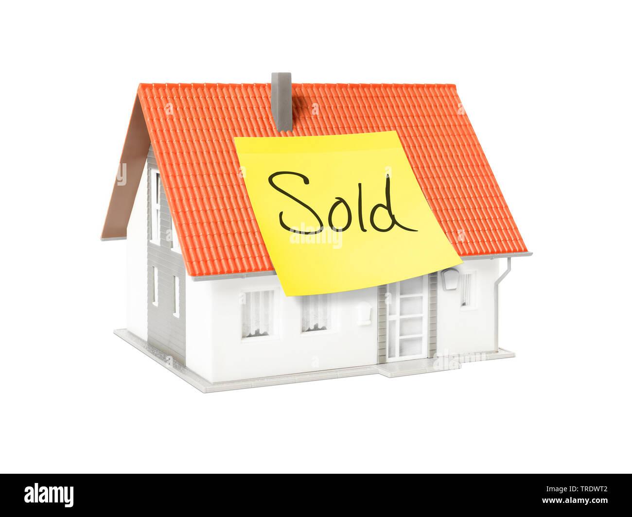 3D-Computergrafik, Alleinstehendes Einfamilienhaus mit gelbem Klebezettel mit der Aufschrift SOLD (Verkauft) | 3D computer graphic, freestanding singl - Stock Image
